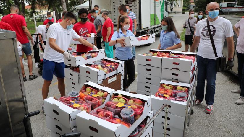 Kovid bolnicama u Srbiji Mozzart isporučio više od 20 tona svežeg voća i prirodnih sokova