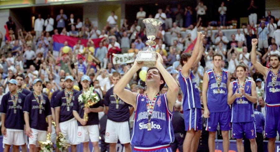 Sa peharom svetskog prvaka kao kapiten Jugoslavije (© Star sport)