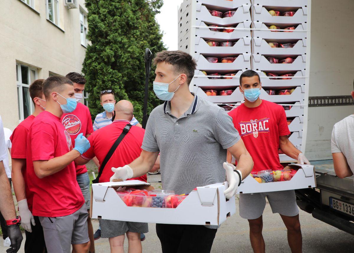 Aleksa Avramović uručuje donaciju u Čačku